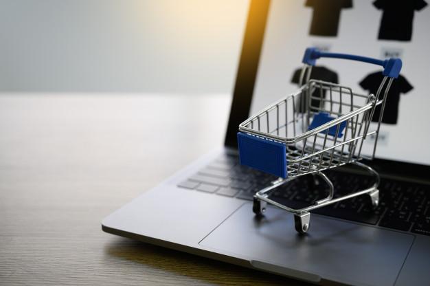 Einkaufswagen auf Laptop